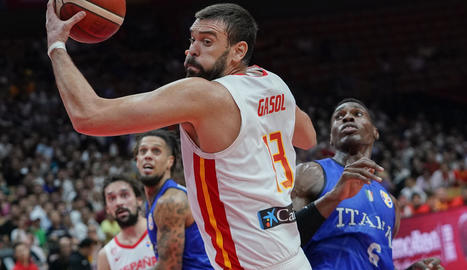 Marc Gasol, que només va anotar dos punts, captura una pilota davant l'italià Paul Biligha.