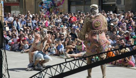 La plaça Major de Tàrrega es va convertir com és habitual en un dels centres neuràlgics d'espectacles, en aquest cas amb 'El gran final', de la companyia Bucraá Circus.