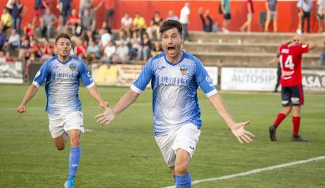 Álex Felip es dirigeix a la grada per celebrar el gol de la victòria.