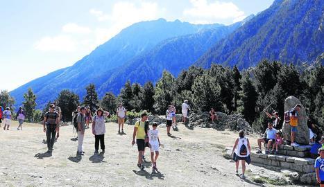 Turistes al Parc Nacional d'Aigüestortes a la zona del llac de Sant Maurici el 15 d'agost passat.