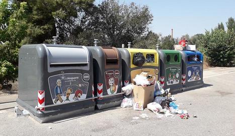 Imatge d'una de les illes de contenidors de Térmens amb bosses d'escombraries tirades al carrer.