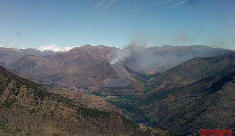 37 dotacions de Bombers treballen en un incendi a la Guingueta d'Àneu