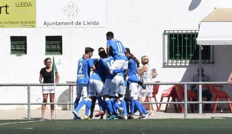 Els jugadors lleidatans celebren un dels gols aconseguits ahir.