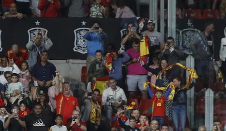 Els jugadors de la selecció espanyola celebren el primer gol, obra de Rodrigo.