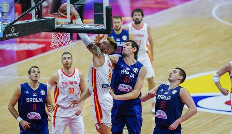 Juancho Hernangómez, jugador de la selecció espanyola, anota malgrat la falta de Boban Marjanovic.