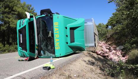 El camió va bolcar i va ocupar un dels carrils de la C-1412b a la Baronia de Rialb.