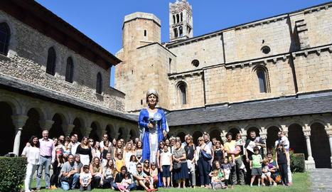 Foto de família de les persones que es diuen Urgell presents a la primera cita a la Seu d'Urgell.