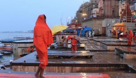 La marea taronja de peregrins omple Varanasi.
