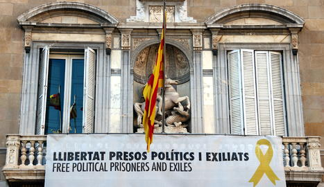La pancarta en suport als presos independentistes penjada a la façana del Palau de la Generalitat.