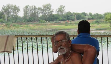 Practicant ioga al costat del Ganghes.