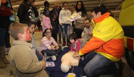 Un taller de tècniques de primers auxilias a infants al saló Cucalòcum de Lleida.