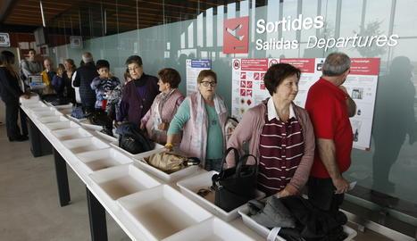 Viatgers de l'imserso a l'aeroport d'Alguare.