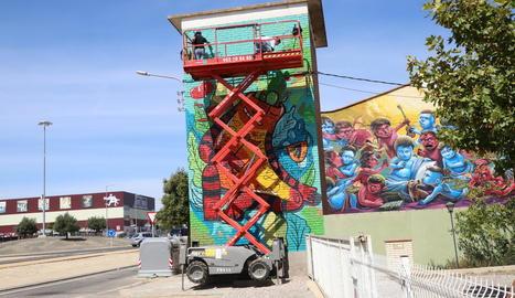 Façanes de Torrefarrera prenen 'vida' amb l'art mural del festival.