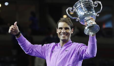 Rafa Nadal sosté el trofeu guanyat a Nova York, el títol número 19 de Grand Slam.