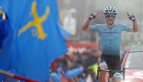 El danès Jakob Fuglsang celebra el triomf a La Cubilla.