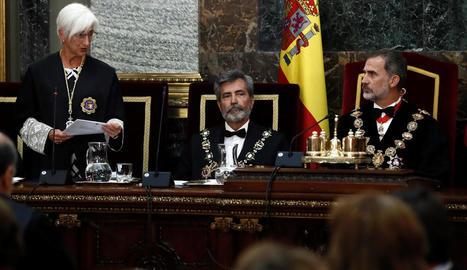 La fiscal general de l'Estat, María José Segarra, al costat de Carlos Lesmes i Felip VI, ahir durant l'inici de l'any judicial.