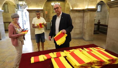 La Paeria va entregar ahir senyeres als ciutadans, que també poden recollir-les avui.
