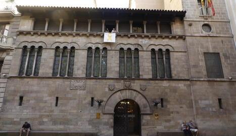 El llaç groc a la façana de la Paeria es va tornar a col·locar el 9 d'agost després d'haver estat despenjat per un grup espanyolista.