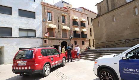 Efectius de Bombers i Urbana, ahir a la plaça Sant Llorenç.