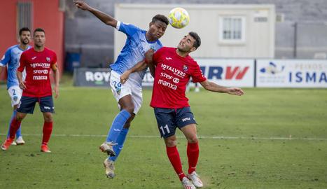 Joanet disputa una pilota al jugador de l'Olot, Pedro, en una acció del partit de dissabte.