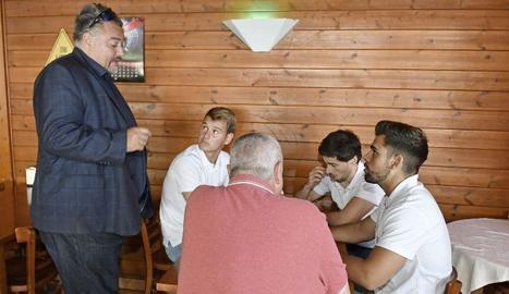 El propietari del Reus, Clifton Onolfo, amb els àrbitres del partit contra el Vilanova, que no es va jugar.