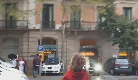 Posen l'himne d'Espanya des d'un balcó mentre Torra feia l'ofrena a Casanova