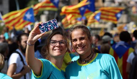 Els manifestants omplen la plaça Espanya i els carrers adjacents