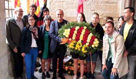 L'alcalde de Lleida, Miquel Pueyo, abans de dipositar l'ofrena a l'edifici del Roser, amb representants d'ERC i regidors republicans de la Paeria.