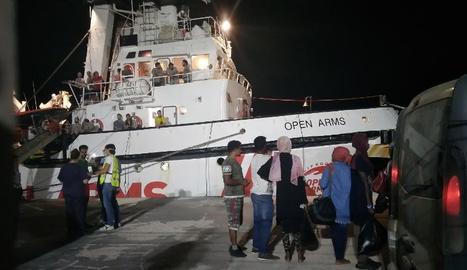 Arribada al port del vaixell que va rescatar 160 immigrants a l'estiu.