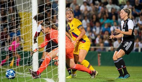 La blaugrana Alèxia Putellas, en el moment de marcar el 0-1, ahir davant de la Juve.