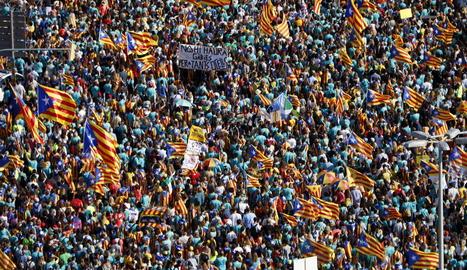Referències als presos i estelades omnipresents en una manifestació multitudinària.