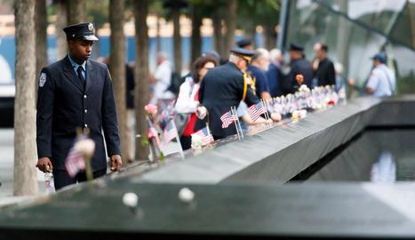 Milers de persones es van atansar al llarg de la jornada d'ahir per dipositar clavells al memorial a les víctimes de les Torres Bessones.