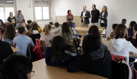El director dels serveis territorials d'Educació a Lleida, Carles Vega, acompanyat de l'alcalde de Mollerussa, Marc Solsona, ha visitat aquest dijous el nou institut d'educació secundària de Mollerussa
