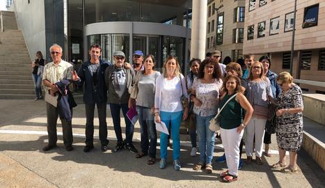 Membres de la PAH han acompanyat la família a les portes del jutjat per donar-li suport.