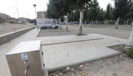 Autocaravanes estacionades a l'àrea de serveis de Balaguer.