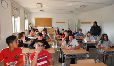 Estudiants a l'interior dels mòduls condicionats com a nou institut de Mollerussa.