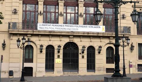 La pancarta penjada a la façana de l'avinguda Blondel.