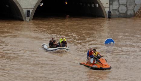 Les autoritats van rescatar quatre conductors que es van quedar atrapats en un túnel negat de l'AP-7 a Alacant.