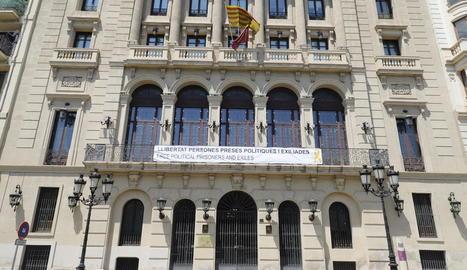 La pancarta que demana la llibertat dels presos independentistes a la façana de la Paeria a Blondel.
