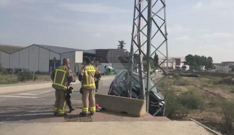 Un turisme xoca amb una torre elèctrica a Alcarràs