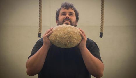 diversitat. Superar una tanca de troncs és un dels exercicis que es poden fer per treballar la força, l'agilitat i l'equilibri.