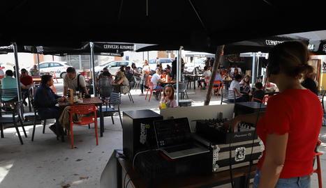 La lleidatana Naio Decler es va encarregar d'inaugurar el festival amb una sessió matinal al Bar Blasi.