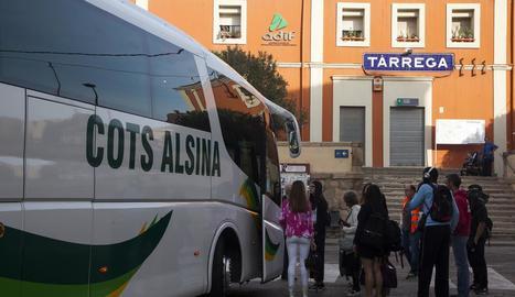 Un autocar va recollir ahir a Tàrrega els viatgers que esperaven el tren de Cervera a Lleida.