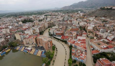 El riu Segura desbordat al seu pas per la ciutat alacantina d'Oriola, ahir.