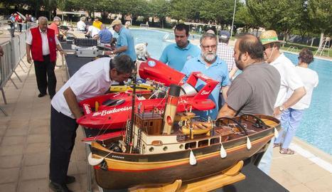 Més de 70 rèpliques de vaixells a escala es van donar cita ahir a les piscines municipals de Tàrrega.