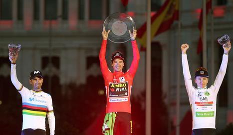 El guanyador de la Vuelta 2019, Roglic, acompanyat al podi per Valverde i Pogacar.