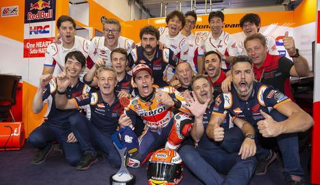 Marc Màrquez celebra amb tot l'equip una nova victòria al Mundial que l'atansa encara més al títol.