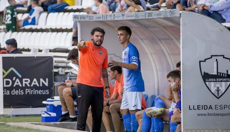 Joanet és abraçat per José Ruiz, Marc i Adri León a l'aconseguir el 2-0.