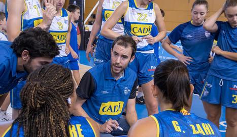 El tècnic Bernat Canut dóna instruccions a les jugadores.
