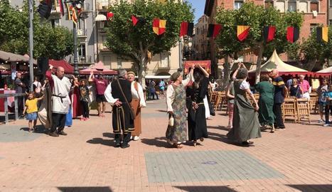 La dansa de la Galop va tornar a ballar-se ahir després de recuperar-se l'any passat a la plaça Mercadal, que s'ha omplert de públic en molts dels actes programats.